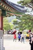 Turisti al palazzo coreano, palazzo alla notte, Seoul, Corea del Sud di Gyeongbokgung Immagine Stock
