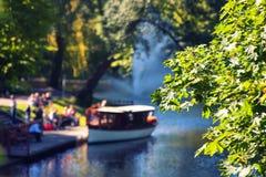 Turisti al piacere del canale della nave blurry fotografia stock