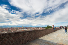 Turisti al punto di vista nel centro storico di Torino (Torino, Italia) Paesaggio urbano con la formica della talpa immagine stock libera da diritti
