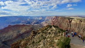 Turisti al punto di vista al parco nazionale Arizona di Grand Canyon immagine stock libera da diritti