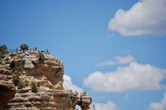 Turisti al punto di vista al parco nazionale Arizona di Grand Canyon immagine stock