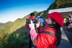 Turisti al punto di vista sul supporto Penanjakan, le migliori viste dal supporto Bromo al mare della sabbia qui sotto Fotografie Stock