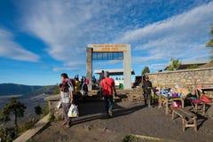 Turisti al punto di vista sul supporto Penanjakan, le migliori viste dal supporto Bromo al mare della sabbia qui sotto Fotografie Stock Libere da Diritti