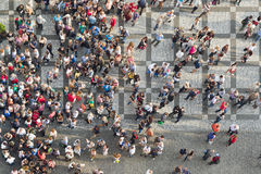 Turisti al quadrato di Praga Città Vecchia immagini stock libere da diritti
