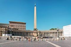 Turisti al san Peter Square nel Vaticano in Italia fotografia stock