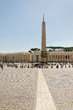 Turisti al san Peters Square nel Vaticano in Italia fotografia stock libera da diritti