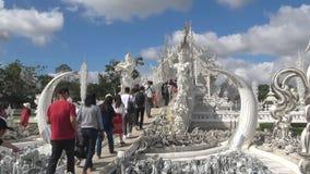 Turisti all'entrata al tempio bianco Wat Rong Khun Chiang Rai, Tailandia video d archivio