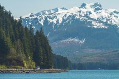 Turisti all'interno di paesaggio d'Alasca fotografia stock
