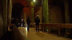 Turisti alla colonna gridante nella cisterna della basilica stock footage