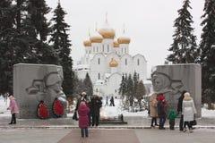 Turisti alla fiamma eterna in Yaroslavl Immagini Stock