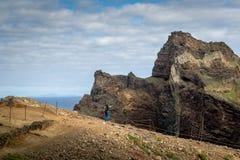 Turisti alla provincia del Capo Orientale, traccia di escursione famosa dell'isola del Madera Immagini Stock Libere da Diritti