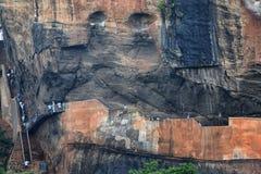 Turisti alla roccia del leone di Sigiriya fotografia stock