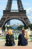 Turisti alla Torre Eiffel fotografie stock