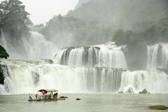 Turisti alla zattera di bambù vicino a Ban Gioc Waterfall, Vietnam Fotografia Stock