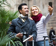 Turisti anziani che prendono selfie Immagine Stock
