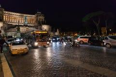 Turisti, automobili, bus sulla piazza Venezia a Roma Fotografia Stock