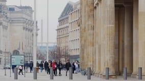 Turisti a Brandenburger Tor In Berlin, Germania nell'inverno archivi video