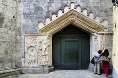 Turisti che ammirano i dettagli della chiesa medievale di San Fedele, Como fotografia stock libera da diritti