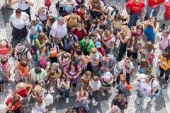 Turisti che aspettano alla vecchia piazza nel cen Immagine Stock