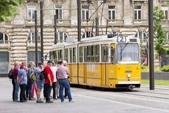 Turisti che aspettano cabina di funivia al quadrato di Kossuth, Budapest, Ungheria immagini stock
