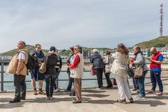 Turisti che aspettano traghetto fra Helgoland e la duna, tedeschi Fotografia Stock Libera da Diritti