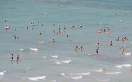 Turisti che bagnano e che nuotano in spiaggia di Arenal in Mallorca fotografia stock libera da diritti