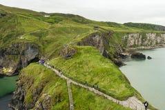 Turisti che camminano al ponte di corda - Irlanda del Nord Fotografia Stock Libera da Diritti