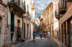 Turisti che camminano avanti alla parte storica della città di Soller con la sua casa tradizionale fotografia stock libera da diritti