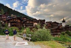 Turisti che camminano in Grimentz di estate Fotografie Stock