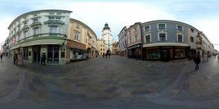 Turisti che camminano nella vecchia città al tempo di giorno Immagini Stock