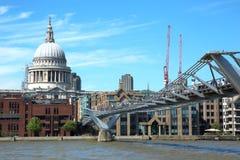 Turisti che camminano sul ponte di milenium a Londra immagine stock