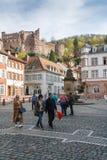 Turisti che camminano sul quadrato del mercato a Heidelberg Immagini Stock