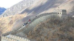Turisti che camminano sulla grande muraglia della porcellana video d archivio