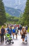 Turisti che camminano sulla strada al lago Morskie Oko in alto Tatras, Polonia fotografia stock libera da diritti