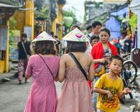 Turisti che camminano sulla via fotografie stock