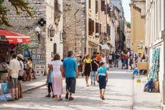 Turisti che camminano sulle vie di Zadar, Croazia Fotografia Stock Libera da Diritti