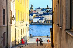 Turisti che camminano sulle vie in vecchia città di Stoccolma, Svezia Immagine Stock Libera da Diritti
