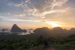 Turisti che esaminano alba il punto di vista Fotografia Stock