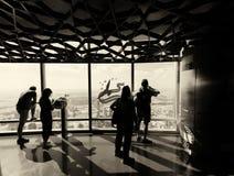 Turisti che esaminano paesaggio urbano da un'alta posizione di vantaggio, U del Dubai Fotografie Stock Libere da Diritti