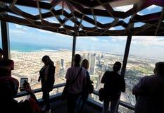 Turisti che esaminano paesaggio urbano da un'alta posizione di vantaggio, U del Dubai Immagine Stock