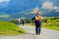 Turisti che fanno un'escursione in Seiser Alm, il prato alpino di più grande elevata altitudine in Europa, montagne rocciose di s Fotografia Stock Libera da Diritti