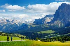 Turisti che fanno un'escursione in Seiser Alm, il prato alpino di più grande elevata altitudine in Europa, montagne rocciose di s Fotografia Stock
