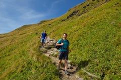 Turisti che fanno un'escursione sulla traccia di montagna Fotografie Stock