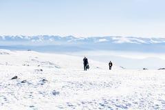 Turisti che fanno un'escursione in un'alta montagna di inverno Fotografia Stock Libera da Diritti