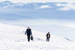 Turisti che fanno un'escursione in un'alta montagna di inverno Immagini Stock Libere da Diritti