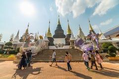 Turisti che fanno un giro turistico al grande tempio o Wat Ban Den blu Immagini Stock Libere da Diritti