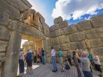 Turisti che fanno un giro turistico al portone del leone, Micene, Grecia Immagini Stock Libere da Diritti