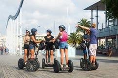 Turisti che fanno un giro turistico durante il giro di Segway di Barcellona Immagini Stock