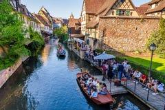 Turisti che godono dei viaggi del crogiolo di acqua nel fiume di Lauch a Colmar, Francia, Europa fotografie stock libere da diritti