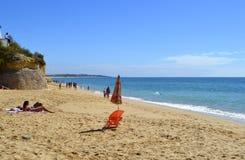 Turisti che godono del tempo soleggiato su Armacao De Pera Beach sulla costa di Algarve Immagini Stock